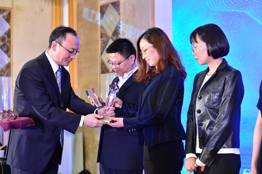 机械工业信息研究院党委副书记周宝东给获奖企业颁奖