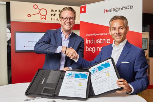 浩亭技术集团董事会主席洪斐立(Philip Harting)先生和itelligence AG董事会主席Norbert Rotter(右)在 itelligence World 上签署建立全新合作伙伴关系